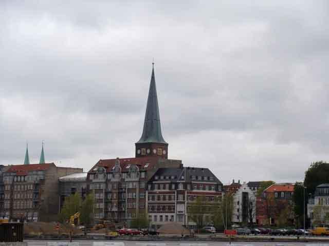 Этот город в шутку называемый «самым маленьким из больших городов мира» можно осматривать бесконечно. Ведь он сам одна большая достопримечательность. На территории Орхуса расположен комплекс Ден Гамле Бю.