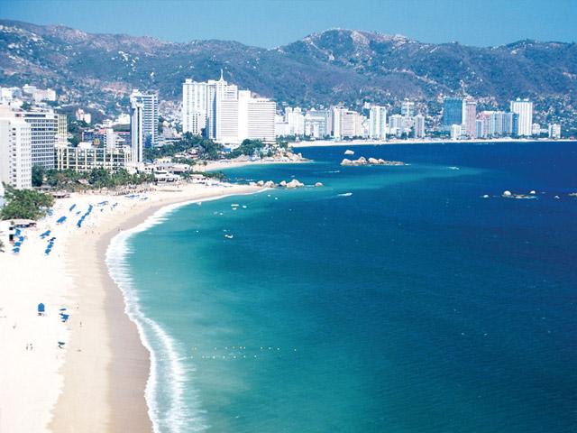 О мексиканском Акапулько (Acapulco) слагают песни. Кто не мечтал бы побывать в этом чудесном месте на берегу Тихого океана? Когда-то он был основан испанцами, как стратегический порт, но сегодня это международный климатический курорт с известным центром парусного спорта. Бухта Акапулько одно из живописнейших мест земного шара.