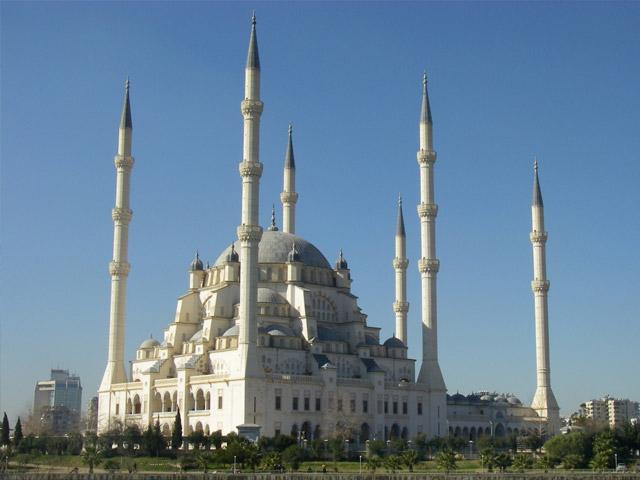 Турецкий город Адана (Adana) находится на берегу оз. Сейхан, в 50 км от Черного моря. Этот красивый современный город имеет климат, типичный для средиземноморья. Он особенно привлекателен для туристов жарким летом, в разгар отпусков. Здесь путешественников ждут отличные отели, шикарные виллы, где чудесно можно отдохнуть.