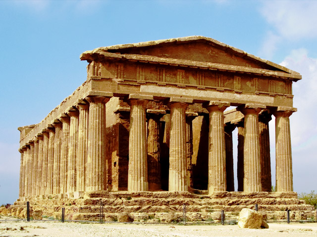 Основанный на Сицилии еще 581 году до н.э., Агридженто(Agrigento) называли «красивейшим городом смертных». Все это благодаря Долине храмов – его главной достопримечательности. Это обширный археологический комплекс-парк, на территории которого есть греческие храмы, построенные в дорическом стиле.