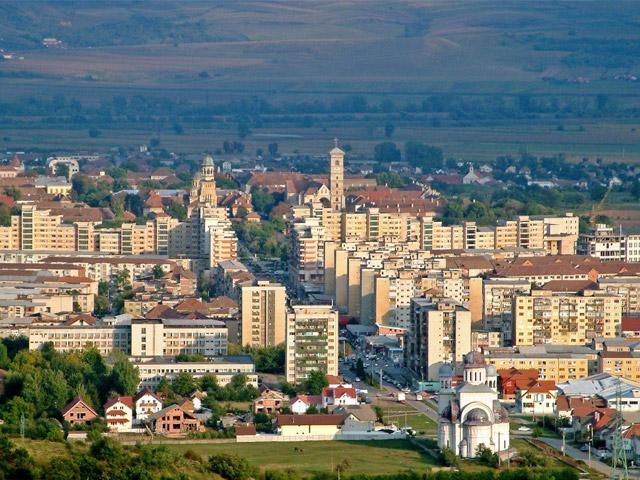 Город Алба-Юлия (Alba Iulia) находится в центре страны, на территории жудеца Алба. Основали его древние даки, которые были коренными племенами Румынии. Именно Алба-Юлия считался самым крупным торговым центром в период расцвета цивилизации Дакии. Когда во II веке до нашей эры страна была захвачена древними римлянами, город попал в руки захватчиков.