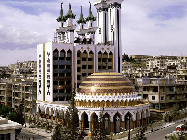 Город Алеппо (Aleppo) находится на северном западе Сирии и является главным поселением мухафазы Халеб. Создали его на месте, где соединялись два главных караванных пути. Они вели от побережья на востоке Средиземного моря к городам Месопотамии. Сначала город носил название Бероя, но позже его переименовали.