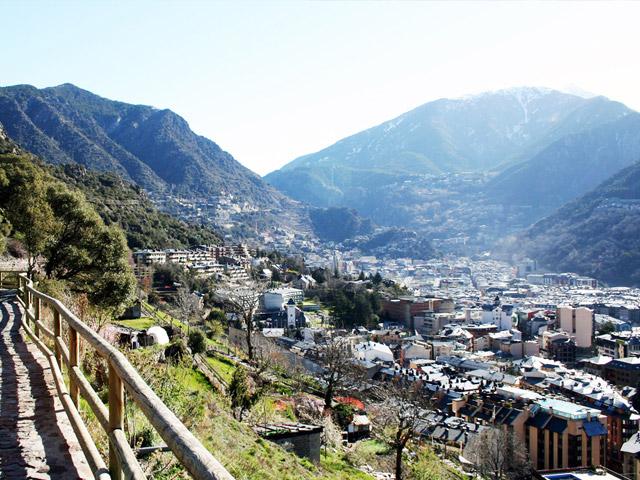 По преданию главному городу Андорры – Андорре-ла-Велла (Andorra La Vella), основанному в начале IX века, независимость была дарована в 805 году французским королём Карлом Великим. Тогда этот город, расположенный в Пиренеях, стал столицей одного из самых маленьких на сегодняшний день государств Европы.