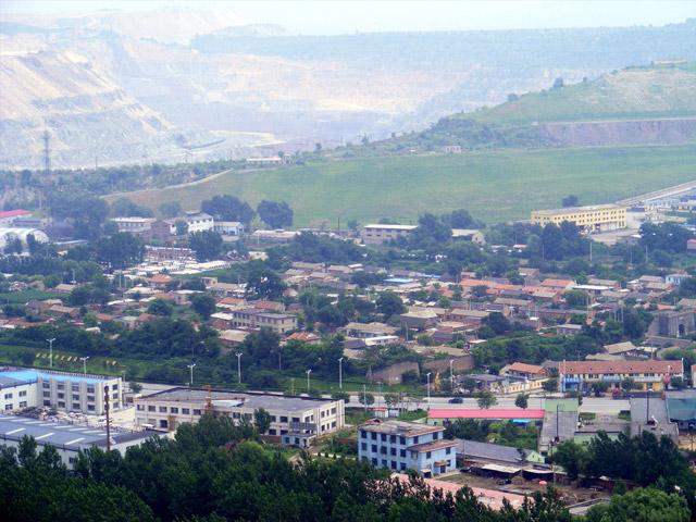 Город Аньшань (Anshan) находится в центральной части провинции Ляони. Через город протянута железная магистраль Шэньда. Все близлежащие территории богаты залежами железной руды. В городе расположилась известная сталелитейная Аньшанская компания. Но, кроме этого, Аньшань – это самый чистый и зелёный городок Северо-Восточного Китая.