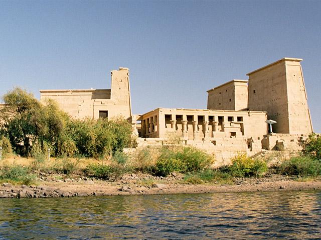 Асуан (Aswan) находится в тысячи километров от Каира, на реке Нил. В древности жители Египта дали ему название Суин, а греки – Сиен. Со всех концов Центральной Африки в город доставлялась слоновая кость. Розовый гранит – гордость древнего Асуана, им были богаты все его окрестности.