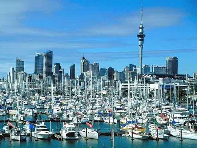 Это город удивительной природы и современного сервиса туризма. В Окленде (Auckland) несколько прекрасных парков, есть  центр исследований антарктических животных с подводным туннелем, оборудованным движущейся дорожкой.