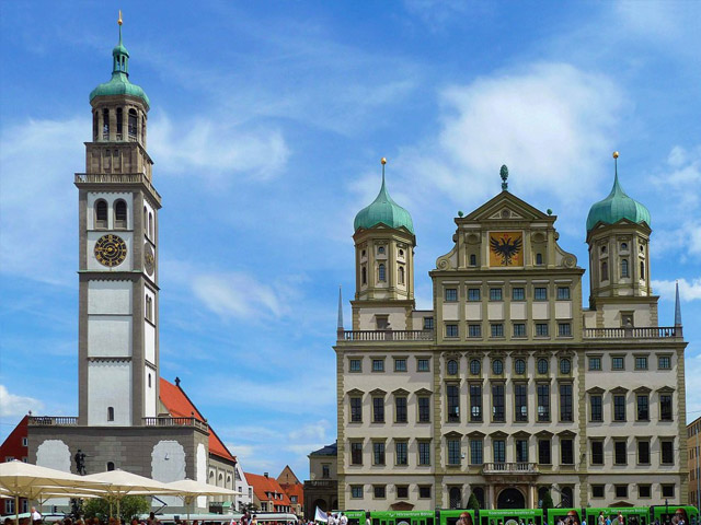 Один из самых старинных городков Германии Аугсбург (Augsburg), находящится неподалеку от столицы Баварской республики – известного Мюнхена. История Аугсбурга насчитывает около 2000 лет. В глубокой древности здесь находился военный лагерь римского императора Августа, именно в его честь и был назван город.