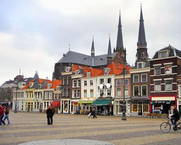 Только в центре Делфта (Delft) можно насчитать более 600 достопримечательностей, дошедших до нас еще из 16-17 века. Булыжные мостовые, красные черепичные крыши и тенистые аллеи создают атмосферу спокойствия и уюта.
