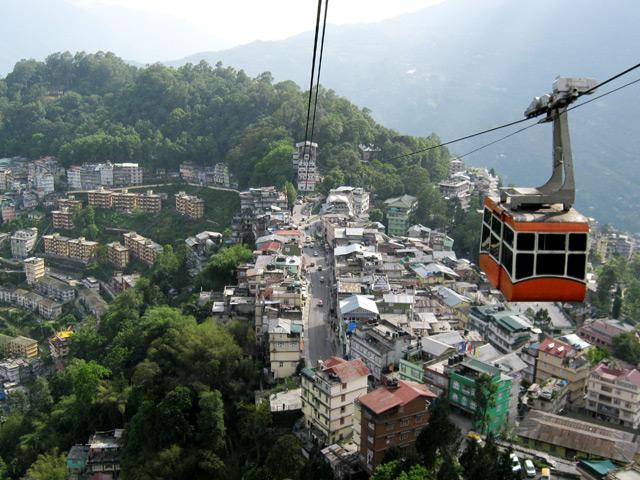 Гангток (Gangtok) – расположен в межгорной гималайской долине северной Индии. Этот город является центром штата Сикким. Среди многочисленных достопримечательностей Гангтока выделяется дворец королей Цук Ла Канг, который считается в Сиккиме главным буддистским храмом.