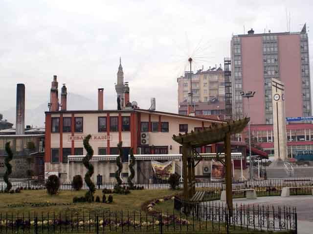 В Турции находится город, который известен как город розового масла и ковров, который имеет названия Испарта (Isparta). Находится этот славный городок на западной части Турции. При въезде в город можно увидеть большую розу, которая давно является его символов.