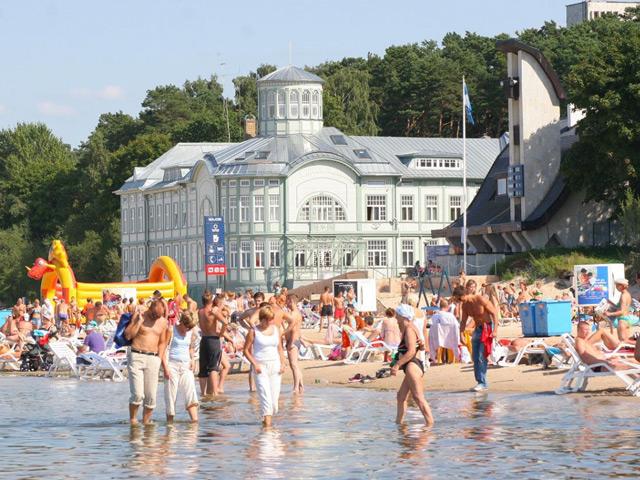 Юрмала (Jurmala) – всемирно известный курорт Прибалтики. Расположен он на берегу Рижского залива и основан в 1785 году. Город получил популярность в начале 19 века, когда на его территории были открыты лечебные грязи и источники минеральной воды.