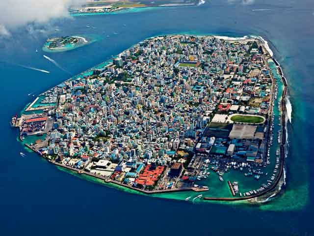 С самых древних времен с этого острова Мальдивами управляли королевские семьи, поэтому его называют Королевским.
