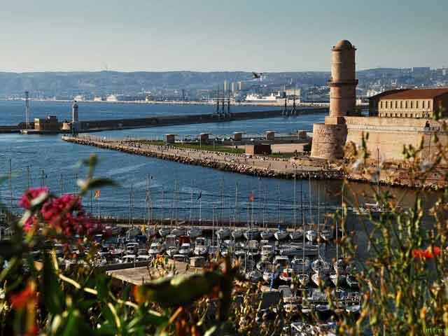 В Марселе есть свой метрополитен и аэропорт международного значения. Порт в городе крупный, через него за год проходит  около 90 млн. т. груза. В Марселе много различных музеев. Именно здесь расположен замок Иф, упоминавшийся в одном из романов Дюма.
