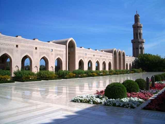 В Маскате имеется свой университет. Истинным украшением города является роскошный архитектурный памятник – султанский дворец. В Маскате можно воспользоваться аэропортом международного значения.