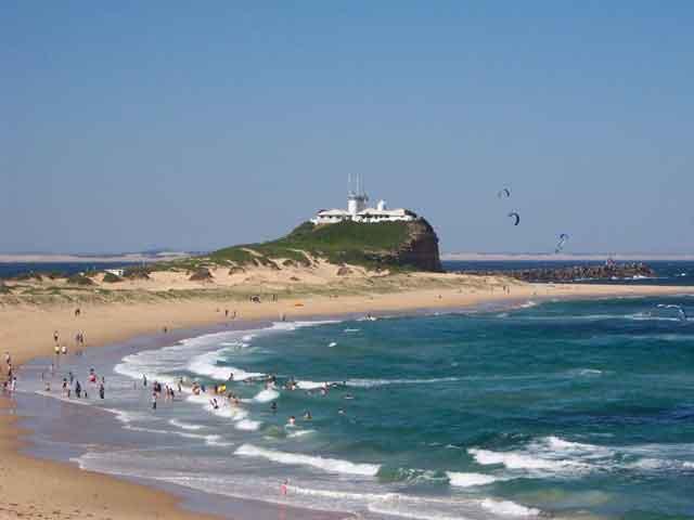 Город Ньюкасл (Newcastle) находится в юго-восточной части Австралии. Город относится к штату Новый Южный Уэльс. Здесь проживает более 400 тыс. человек. В Ньюкасле есть порт, расположившийся в месте впадения реки Хантер в море.