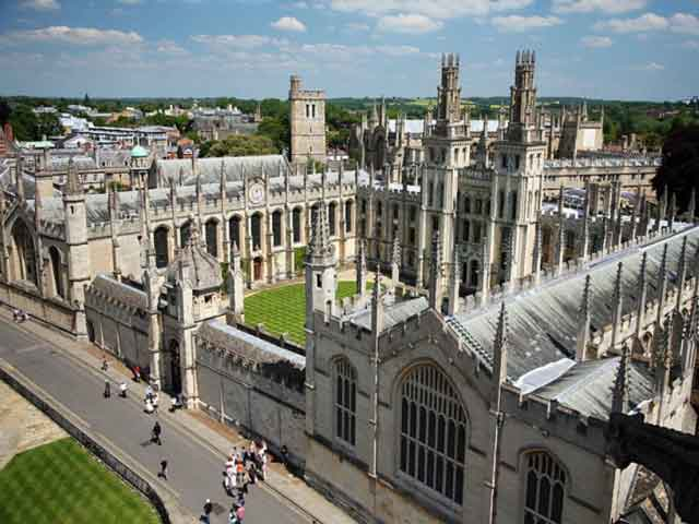 Известный всем центр науки и просвещения – Оксфорд (Oxford) привлекателен для познавательного туризма обилием исторических  и архитектурных памятников. Можно насладиться прогулками по городу – образцу  европейского средневекового зодчества.