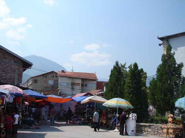 В средние века был религиозным центром Сербии. Самым почитаемым местом в городе считается комплекс Патриархии, состоящий из сооружений, построенных в разное историческое время. Первой была построена церковь Апостолов, которую воздвигли в 30-е годы 13 века.