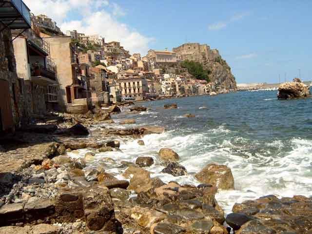 Город Реджо-ди-Калабрия (Reggio Calabria) расположен в Южной Италии. Его основали древние греки еще в 720 до нашей эры. Город выступает портом в Мессинском проливе, который отделяет остров Сицилию от Италии.