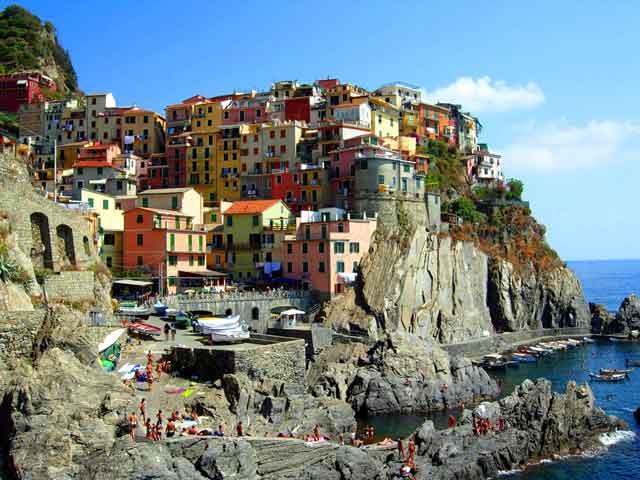 Римини выступает важным транспортным узелом, который при помощи железных дорог связывается с Анконой и Болоньей. Морской порт города способен один обслуживать государство Сан-Марино. В Римини проживает порядка 131 тысяч человек.