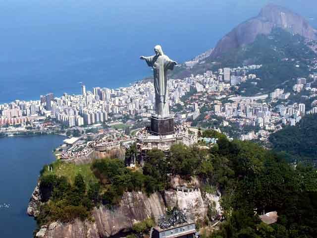 На сегодняшний день в городе проживает пять миллионов шестьсот тысяч человек. Этот город располагает международным аэропортом, а также метрополитеном. Город выступает важнейшим культурным и научным центром Бразилии. Туристы со всего мира спешат посетить латиноамериканский карнавал, проходящий особо красочно именно в этом городе.