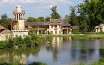 Юная королева Франции Мария-Антуанетта в 1775г. получила подарок от своего супруга Людовика XVI. Им оказался Малый Трианон, дворец, расположенный на территории Версаля. Ранее он принадлежал фаворитке короля мадам Помпадур. Новая хозяйка рьяно взялась за перестройку Трианона, выбрав пейзажный английский стиль. В конечном итоге замок совершенно преобразился – тут появился парк с извилистыми тропинками и ручьями, сбегающими с живописных склонов. Главными достопримечательностями Трианона стал знаменитый храм Лю