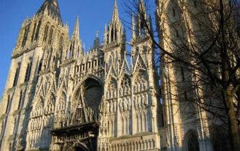 Один из самых красивых и необычных национальных памятников французской архитектуры, Руанский собор, всегда манил туристов своей готической неприступностью и уникальностью. Главной особенностью Руанского собора считается его необычная история возведения, которая удивляет и вдохновляет.