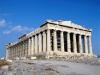 От подножия холма зигзагообразная широкая дорога приведет вас к единственному входу. Это знаменитые ворота Пропилеи, построенные в дорическом силе, с колоннами и лестницей. Справа, на высоком пьедестале, возвышается  изящный храм Ники Аптерос, богини победы. Он украшен барельефами, изображающими сцены из греко-персидских войн.