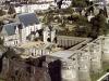 Анже (Angers) один из старейших городов Франции. История хранит много преданий о его знаменитых властителях. Попадая сюда впервые, дух захватывает от обилия памятников средневековой архитектуры. Сохранился замок с башнями, построенный вначале 13 ст. Здесь можно увидеть гобелены на апокалиптические темы, созданные Николя Батаем.