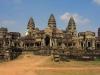 Наряду с типологией индуистского храма-горы, с архитектурной точки зрения комплекс являет собой и типологию галерей, свойственную архитектуре поздних периодов. Стены Ангкор-Вата украшены резными изображениями мифических сцен, батальными и бытовыми зарисовками.