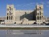 Баку (Baku) столица Азербайджана, крупный порт на Каспии. Расположился город в южной части полуострова Апшерон. Он является одним из старинных и крупнейшим городом Востока. Название в переводе с персидского обозначает «удар ветра», от чего и пошло высказывание Баку – город ветров.