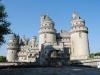 Его первым владельцем был некий граф Пьерфон, но уже в конце двенадцатого столетия крепость переходит во владения короля Филиппа Августа. После этого события крепость навсегда стала резиденцией королевской семьи. Замок Пьерфон впервые перестроили в начале Столетней войны, когда Людовик Орлеанский решил, что ему не хватает укрепительных зданий.