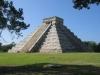 Внутри пирамиды турист сможет удивиться акустической иллюзии, которая преобразовывает звук шагов в крики кетцаля – птицы, которую майя считали священной.