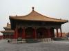 """За 14 лет появился огромный  дворцовый комплекс, самый большой  в мире.  Он занимает площадь  720 тысяч  кв.м.,  число комнат здесь - 9999. Вокруг  дворца 10-метровой высоты стена и ров, который носит традиционное китайское название """"золотая вода""""."""