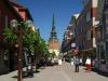 Гостям здесь покажут кафедральный собор, построенный рядом с центральной площадью, каменный мост, самый длинный в Швеции. Любителям активного отдыха предложат покататься на лодке или обогнуть озеро на велосипедах.