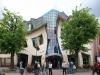 Современный мир полон самых разнообразных чудес. Если говорить об архитектурных достопримечательностях, то одно из первых мест, пожалуй, займет необычный «Кривой домик», что располагается на территории польского курортного городка Сопот.