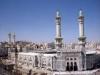 Здесь много современных отелей, обслуживающих гостей города, а исторические памятники на каждом шагу. Немало здесь и современных зданий, например, комплекс небоскребов Абрах аль-Баит.
