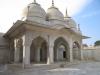 . Вдоль двора Жемчужной мечети расположились десять киосков в особом индусском стиле, а  помещения поделены на галереи и арочные проходы. Под каждой аркой можно в уединении произносить молитвы.