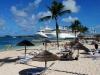 Когда-то Нассау (Nassau) был небольшой деревушкой, которую основали морские флибустьеры. Но прошло время, и это убежище пиратов превратилось в столицу Багамских островов. Теперь это красивый город, где органично сочетаются современный стиль и исторические архитектурные памятники. Его улицы и площади всегда полны народа. Здесь постоянно звучат музыка и песни.