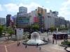 Приезжающим в этот город обязательно нужно посетить замок Окаяма, где представлены доспехи самураев, художественный музей Хаясибара, с реликвиями клана Икэда,  и, конечно, Музей Востока, считающийся лучшим в Японии. Посещение пейзажного сада Коракуэн с прудами, островками, чайными домиками и изящными беседками оставит неизгладимое ощущение гармонии всего окружающего.
