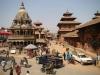 Больше всего индуистских храмов и буддийских пагод сосредоточено в центре города, вокруг просторной и великолепной Дворцовой площади. Здесь располагается Королевский дворец, украшенный многочисленными деревянными скульптурами божеств и мифологических героев.