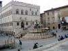 В центре города разместилась площадь 4 ноября на которой установлен известный фонтан Маджоре, созданный в 13 веке и искусно украшенный рельефами, изображающими мифологических героев. На той же площади стоит средневековая Ратуша, в которой сейчас расположился Художественный музей. Рядом возвышается Собор св. Лаврентия, в котором хранится обручальное колечко Девы Марии.