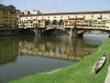 В 16 веке для герцога Козимо I, одного из Медичи, над всеми зданиями и сооружениями моста построили коридор, по которому он мог свободно передвигаться из дворца Питти во дворец Веккио. Коридор назвали в честь его строителя Вазари. Приблизительно в это же время на мосту обосновались и ювелиры.