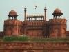 Даже сейчас Красный форт свидетельствует о величии империи Моголов. Пройдите через ворота Лахор, посетите рынок Чатта Чоук, где придворные дамы покупали себе украшения.