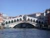 Знаменитый мост Риальто через  Гранд-канал – самый первый и самый древний из трех. Изначально он был деревянным, но разрушился во время мятежа в 1444 году. Следующая за ним разводная деревянная конструкция тоже обрушилась в XVI веке.
