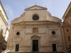 Здание храма относится к одной из первых построек эпохи Ренессанса. Оно простое, без излишней вычурности, что характерно для раннего Возрождения. Внутри церковь украшена великолепными фресками с ликами святых работы Рафаэля и Гверчино.