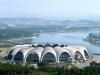 Но не только своей вместительностью славится Стадион Рунгра. Его красота воистину великолепна. Его конструкция состоит из шестнадцати арок, смыкающихся в огромное кольцо. Многие туристы, да и сами корейцы, считают, что с высоты постройка напоминает гигантский цветок магнолии. Хотя бы для того, чтобы увидеть это современное рукотворное чудо, необходимо посетить Северную Корею.