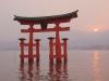 Тории – это символическое сооружение, которое означает невидимую грань между обычным и сакральным, земным и небесным. Они настраивают верующих, приходящих в храм, на особый лад. Ворота не имеют створок или дверей, которые могут препятствовать входу или выходу. Еще японцы считают, что когда в тории входит солнце, в небытие уходят души умерших.