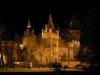 Замок Вайдахуняд появился здесь в конце позапрошлого столетия, когда венгерские власти решили отпраздновать тысячелетие истории страны. Тогда в красивом парке, который считается любимым местом отдыха горожан, возвели необычный комплекс из разнообразных сооружений, которые копировали все самые интересные здания страны. Комплекс состоит из двадцати одного сооружения, а его автором стал самый популярный архитектор Венгрии – Игнац Альпар.