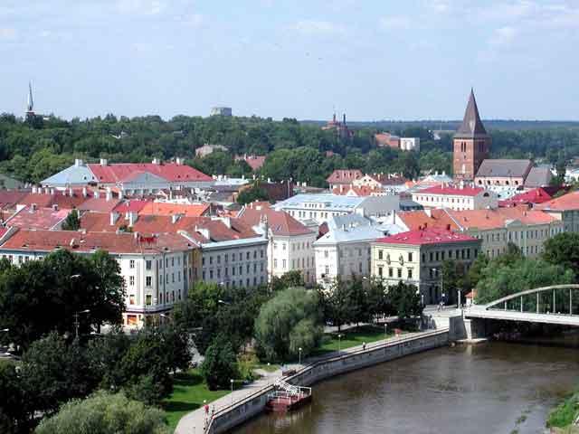 Та́рту (Tartu) – город на реке Эмафыги. Тарту известен историкам как поселение эстов с 5 века. Тогда он назывался «Тарбату»что означает - «зубр». Большая часть архитектурных памятников приходится на старую часть города. Среди них ратуша, жилые дома, церковь Яана.