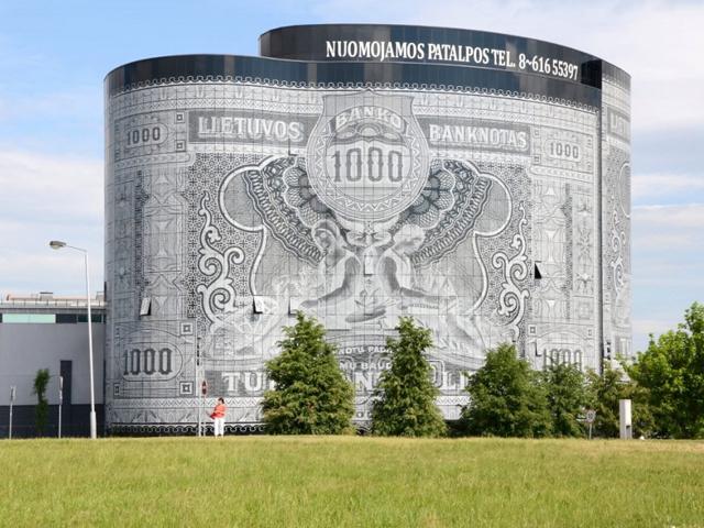Здание начали строить в 2005-м, а завершили к 2008 году. В итоге здание получилось в виде десятиэтажной литовской банкноты и прославилось как оригинальное сооружение не только в странах Прибалтики, но и во всем мире.